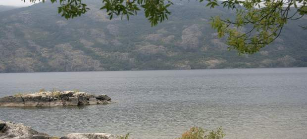 Voluntarios y submarinistas retiran 150 kilos de residuos del Lago de Sanabria