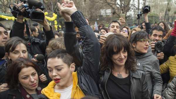 Rose McGowan y Asia Argento, durante una manifestación del #MeToo.