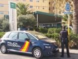 Vehículo policial a las puertas del hospital de Torrecárdenas