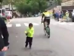 El gesto de un ciclista con un niño en la Vuelta a España da la vuelta al mundo