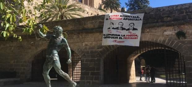 Tres militantes de Arran, denunciados por colgar una pancarta en la que criticaban a Pericay, ...