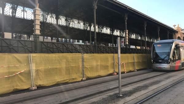 Tranvía a su paso por el Mercado Central en obras