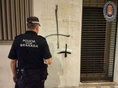 Un agente de Policía Local ante una pintada