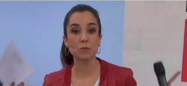 La presentadora del 'Preguntes Fregüents', Laura Rosel, con la camiseta de Puigdemont.