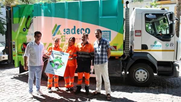 García (izda.), junto a trabajadores de Sadeco