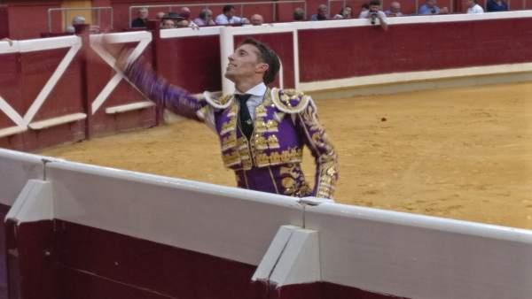 Manuel Escribano en la vuelta al ruedo tras cortar oreja en Logroño
