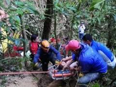 Al menos 12 muertos al caer un autobús por un barranco en Ecuador