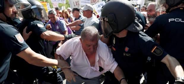 Tensión ante el Congreso en una protesta de pensionistas a la que acude Podemos