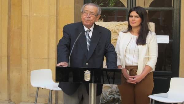 Clemente García junto a la consejera Miriam Guardiola