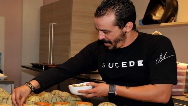 El chef de Suede prepara uno de los platos