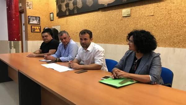 Reunión del PSOE con vecinos del Polígono del Valle sobre los planes de empleo.