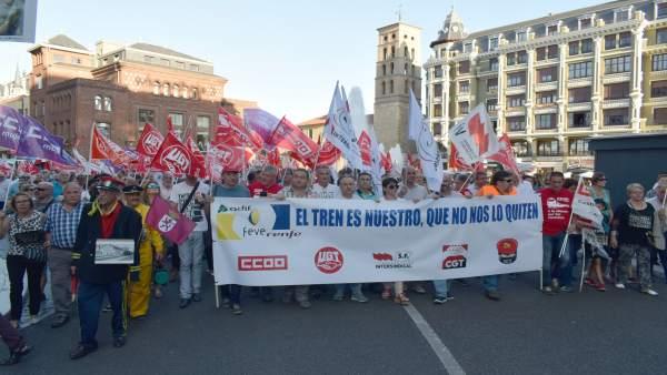 Manifestación en apoyo al mantenimiento de FEVE en León