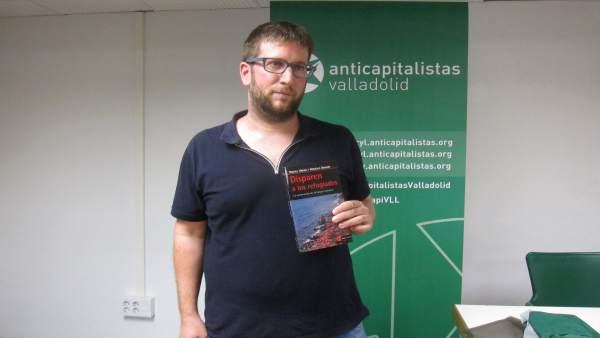 Miguel Urbán, con su libro sobre refugiados.