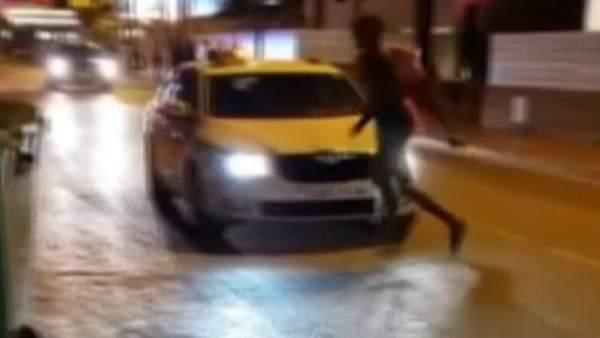 Un joven drogado se lanza contra un coche en Ibiza