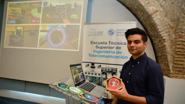 Imágenes del alumno, tras la presentación de su TFG