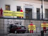Greenpeace estrella un coche contra el museo Reina Sofía de Madrid
