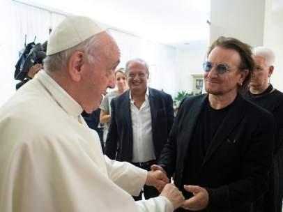 El papa Francisco y Bono, de U2