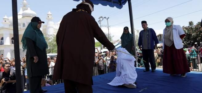 Una pareja recibe 24 azotes por verse a solas sin estar casados en Indonesia