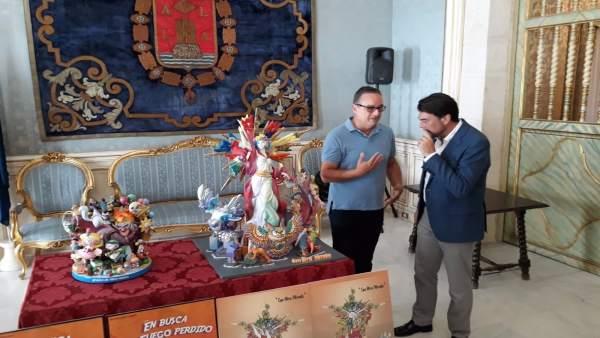 Barcala atiende las explicaciones de Espadero ante la maqueta