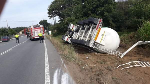 Camión volcado en Ordes (A Coruña)