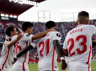 El Sevilla celebra un tanto frente al Standard de Lieja.
