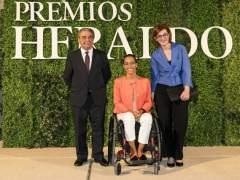 Augusto Delkáder, Teresa Perales y Maite Pagazaurtundúa reciben los premios Heraldo y Henneo