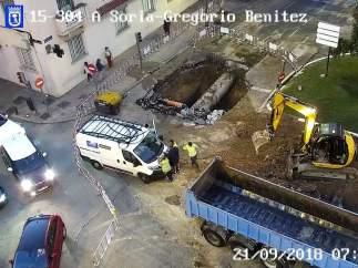 Socavón y taréas de reparación del Canal de Isabel II en la calle Arturo Soria de Madrid.