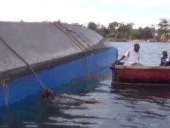 Al menos 136 fallecidos al naufragar un ferri en el lago Victoria
