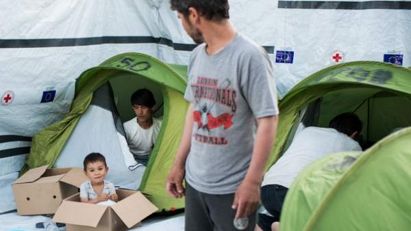 Familia de refugiados en Moria.