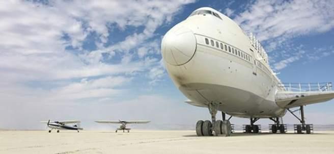 Avión en el desierto de nevada