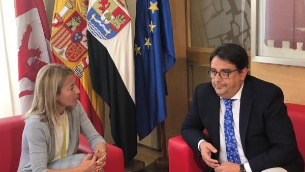 Reunión entre la alcaldesa de Cáceres y el consejero de Sanidad