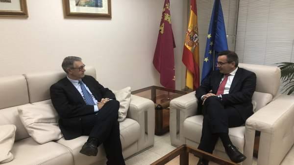 El delegado del Gobierno, Diego Conesa, con Mario Urrea