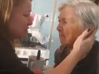 """El emotivo momento de lucidez de una anciana con alzhéimer: reconoce a su nieta y le dice """"te quiero"""""""