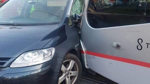 Herido leve el conductor de un tranvía tras un colisión con un turismo
