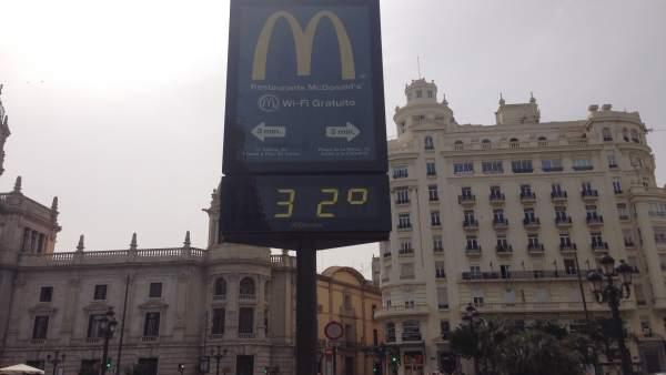 Termómetro marca 32 grados en Valencia.