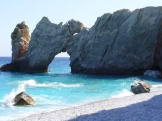 La Policía griega lucha contra los turistas que se llevan las piedras de la playa de 'Mamma Mia!'