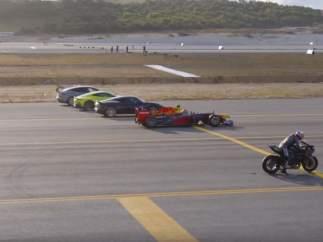 Una carrera enfrenta a un F1, tres deportivos, dos aviones y una moto: ¿quién gana el 'sprint'?