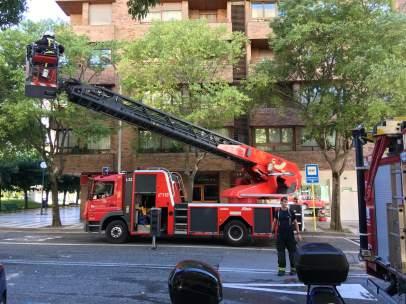 Bomberos intervienen en un incendio en una vivienda de Pamplona