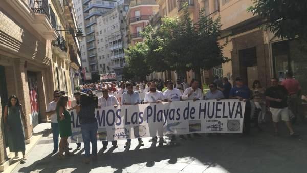 Plataforma para salvar las playas de Huelva se manifiesta en la capital onubense