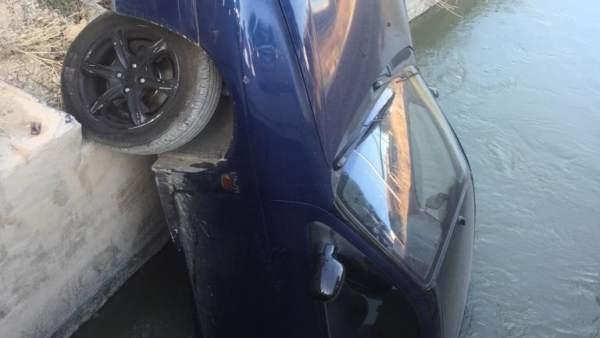 Coche caído a una acequia en Orihuela (Alicante)