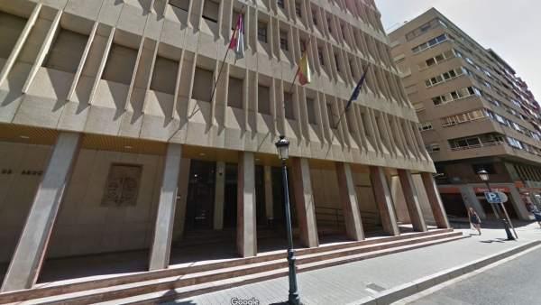 Retiran la pensión paterna a una chica de 24 años porque sigue en Bachillerato y suspende todas las asignaturas