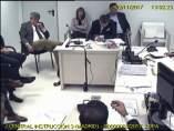 Imagen de la grabación de video de una sala de la Audiencia Nacional con el exvicepresident de la Generalitat catalana Oriol Junqueras y la exconsellera de Governació Meritxell Borràs, esperando la decisión de la magistrada Carmen Lamela, a la derecha.
