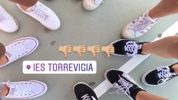 Alumnes d'un institut de Torrevieja protesten en 'shorts' contra la prohibició de portar-los