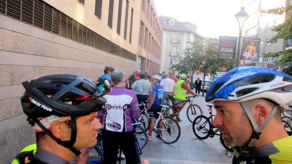 Concentración de ciclistas a las puertas de los juzgados.