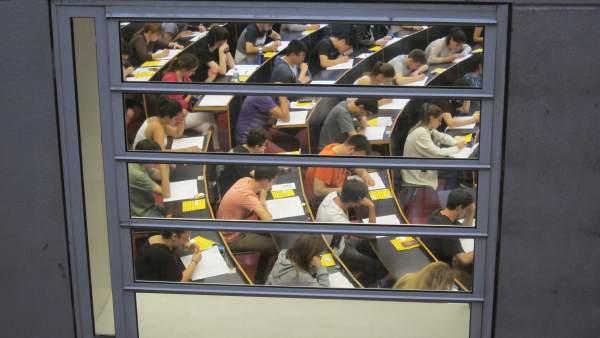 Unos alumnos haciendo un examen