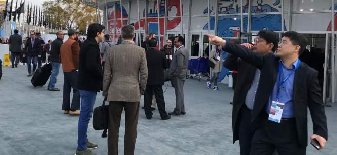 Congresistas en los accesos al MWC.