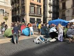 La acampada independentista vuelve a instalar una veintena de tiendas en la plaza Sant Jaume