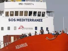 España acuerda acoger a 15 de los inmigrantes rescatados por el Aquarius, que atracará en Malta