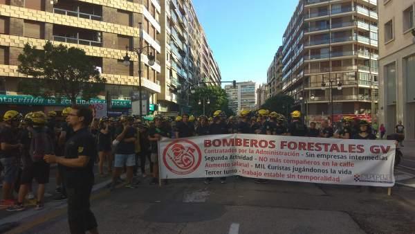 Concentración bomberos forestales ante Delegación de Gobierno