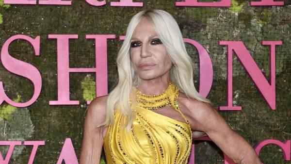 Michael Kors confirma la compra de Versace por 2.120 millones de dólares cb7d7f247c